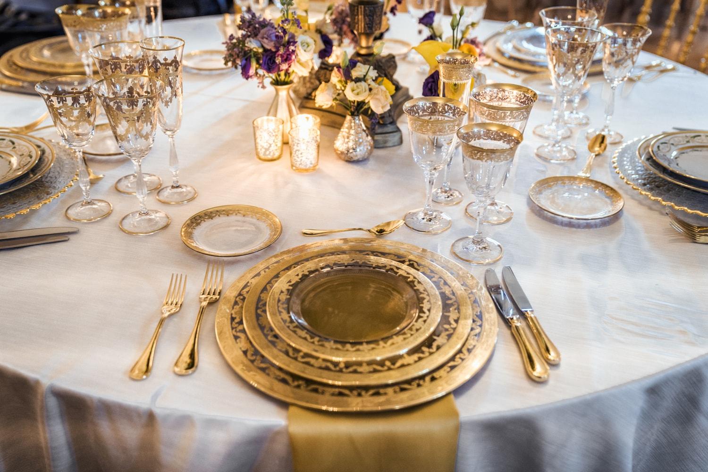 Décoration d'un mariage prestigieux à Genève avec de la porcelaine doré. By DREAM IT Events Planner