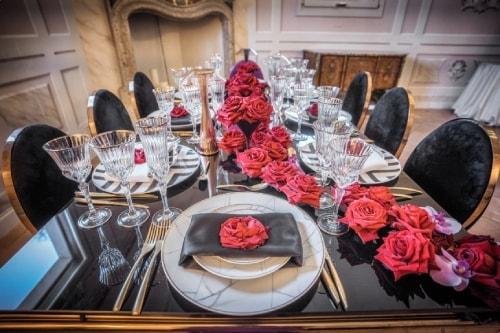Dressage d'une table de conférence corporate rouge et noir élégant