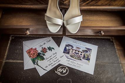 Décoration de mariage avec des faire part des souliers de mariée