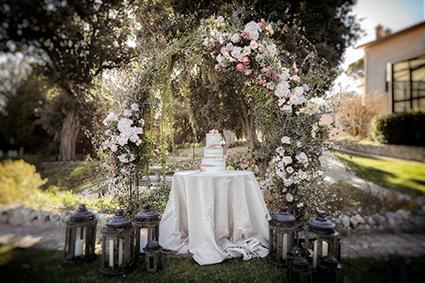 Présentation raffinée d'une pièce montée d'un mariage romantique dans un jardin fleuri