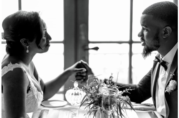 Jolie décoration d'une table d'invités de mariage dans une salle en pierre champêtre et charmante