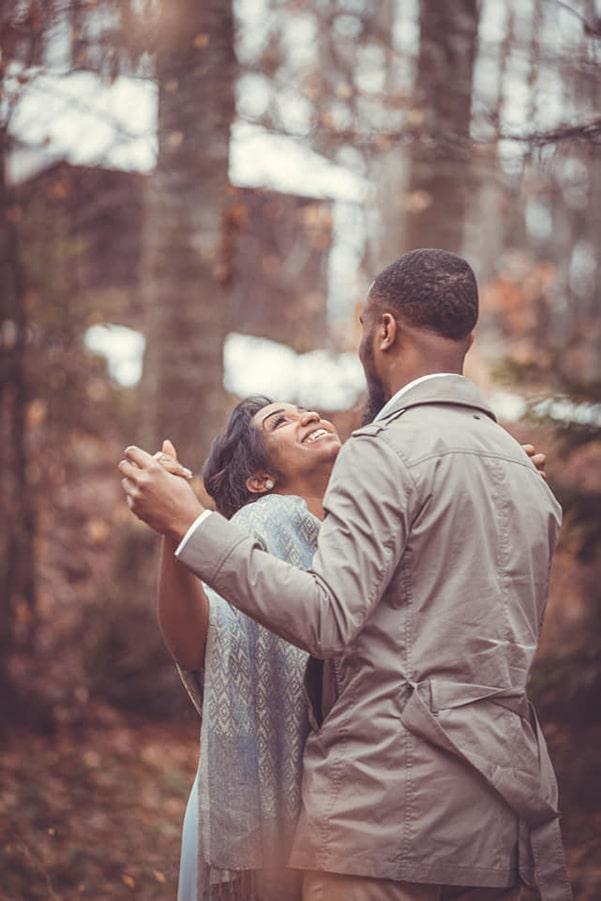 Danse des mariés, sourire d'une jeune épouse épanouie heureuse de se lier à son âme sœur  - Thème mariage champêtre chic