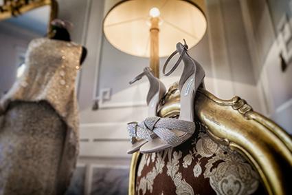 Souliers de mariage de princesse argentée pour une mariée sublime