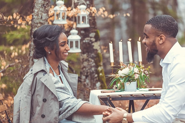 Organisation d'une jolie demande en mariage dans une forêt à la décoration champêtre chic par DREAM IT