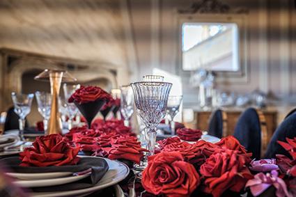 Décoration de fleurs rose rouges mariage ou évènements privés