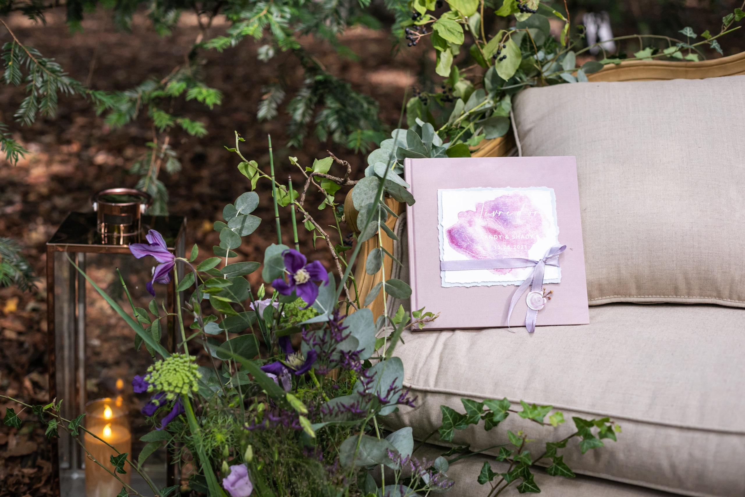 Décoration raffinée avec sofa, faire part et décor fleuri