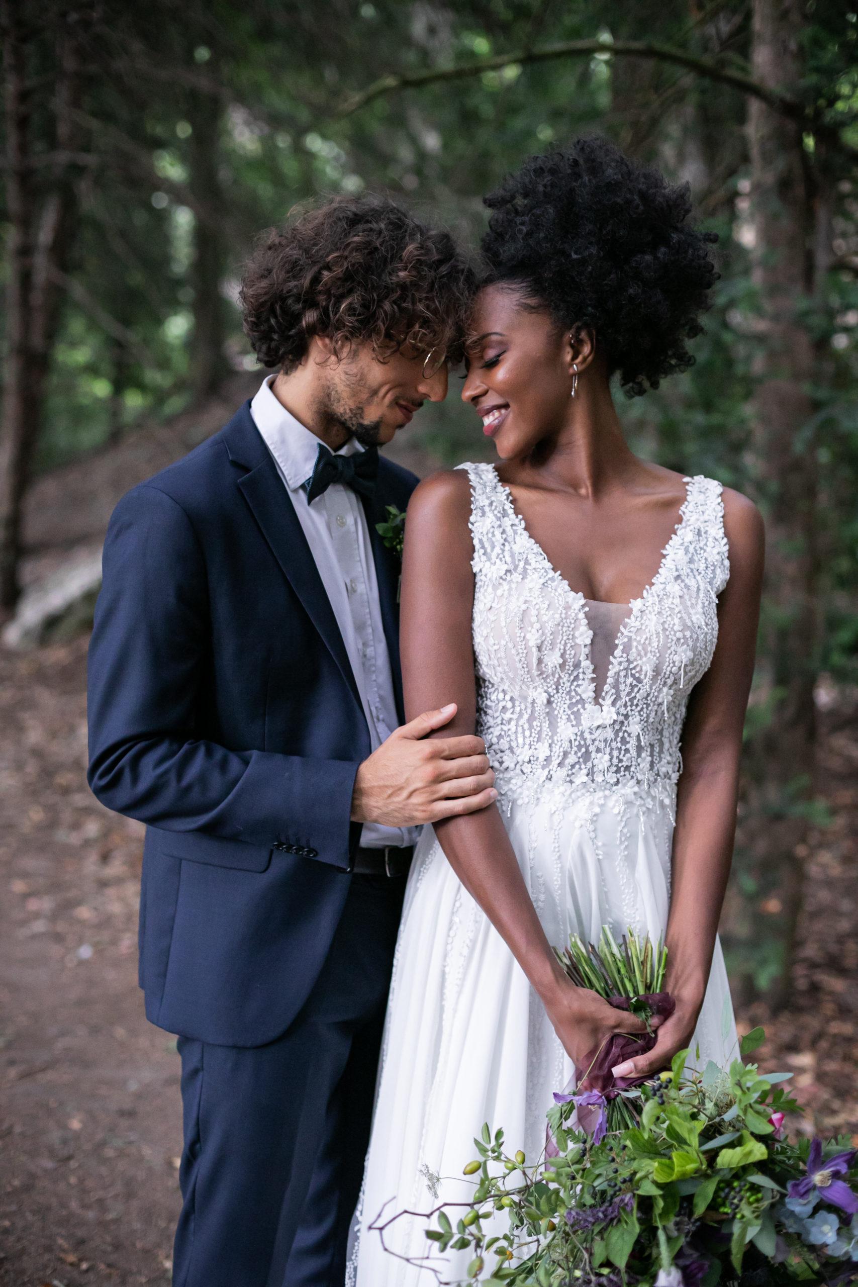 Wedding Designer mettant en place la décoration d'une salle de mariage - DREAM IT EVENTS