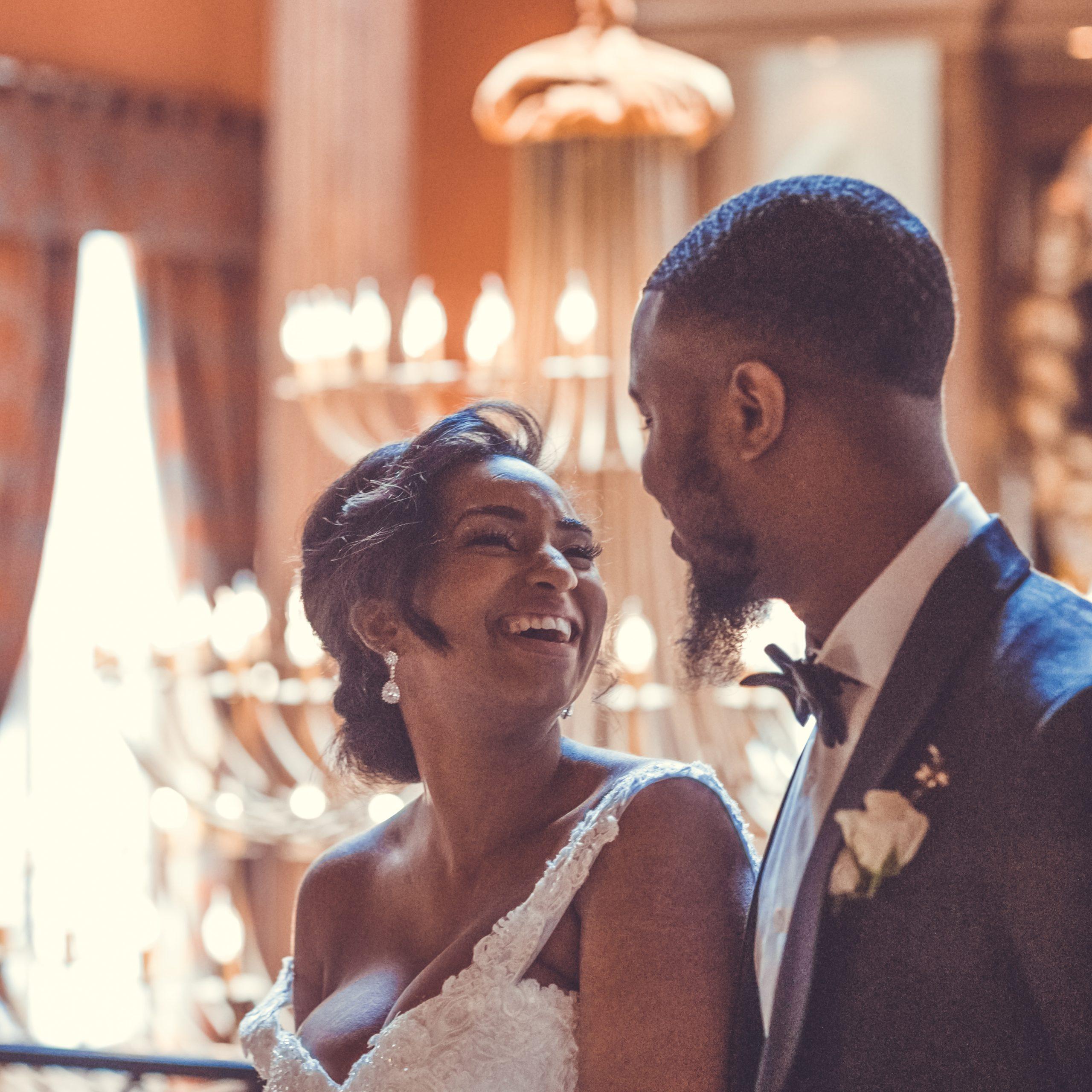 Plan de table pour une salle de mariage avec table d'honneur et tables des invités